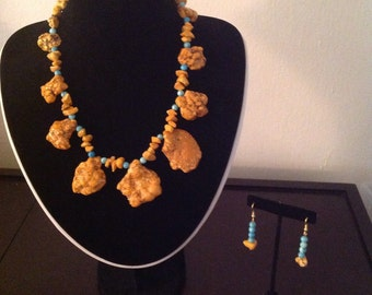 Dyed turquoise free form necklace with earrings