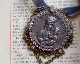 """Pendentif retro shabby chic en velours gris, medaille ancienne en argent """"Vierge Marie """""""