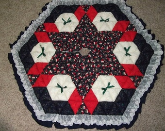Christmas Tree Skirt - Biscuit Quilted - Santa Hats on Navy