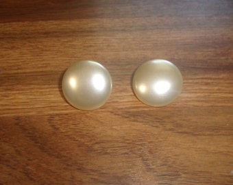 vintage clip on earrings ivory colored circles