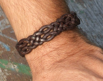Special braided leather bracelet with toggle closure. (SZA27)