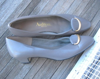 1980s Vintage Grey Low Heel Pumps, Cute Buckle Embellishment - Faux Leather Gray Work Pumps; Cushioned Soles - Vintage Auditions Shoes; 8-N