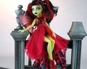 Couture de poupée monstre à la main robe de belle conception et détails
