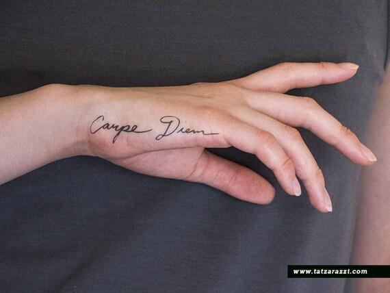 Top Carpe Diem latino calligrafia corsiva falso tatuaggi KH36