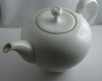 Thomas (Rosenthal) Germany: Klassisch elegante Kanne / Teekanne. Weißes Porzellan mit Golddekor. Eva Zeisel. 50er Jahre MODERNIST. VINTAGE