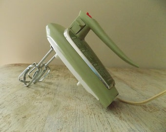 Vintage General Electric Green Hand Mixer D4M47 - Avacado Green GE 3 Speed Hand Mixer Beater