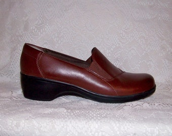 Vintage Ladies Brown Leather Slip Ons Loafers by Clarks Size 7 1/2 Only 7 USD