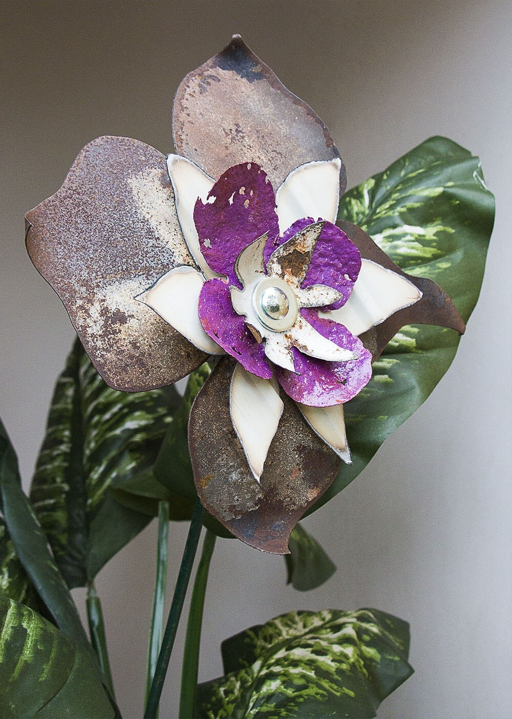 Purple white rusty metal yard art flower indoor outdoor wall for Outdoor wall flowers