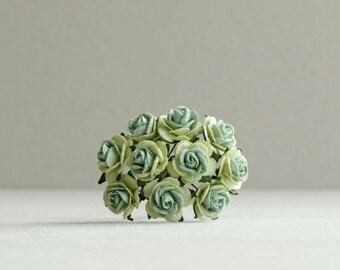 15mm celadón verde papel de rosas con centro oscuro - 10 rosas de papel de morera con tallos de alambre [763]