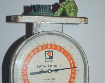 Vintage Metal Pelouze Scale, Industrial Decor, Portion Control Scale, 1977 Model Y200, 32 Pound Scale, Retro Kitchen Decor