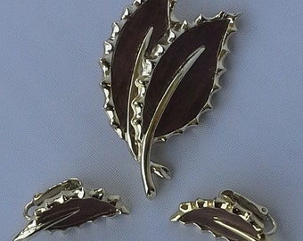 Vintage 1968 Sarah Coventry wooded matching set of pin/brooch and earrings leaf design