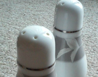 Noritake Autumn Rapsody pattern, made in Japan, set of salt and pepper shakers, kitsch, 1990s,platinum rimmed,discontinued pattern
