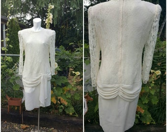 66-Vintage lace dress-Size XL-1X-Over lining-Shoulder pads-Long sleeve arm-Decorated skirt in front and back-Romantic-Delicate-Wedding dress