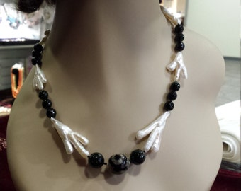 One strand necklace with tree branch pearl and black onyx