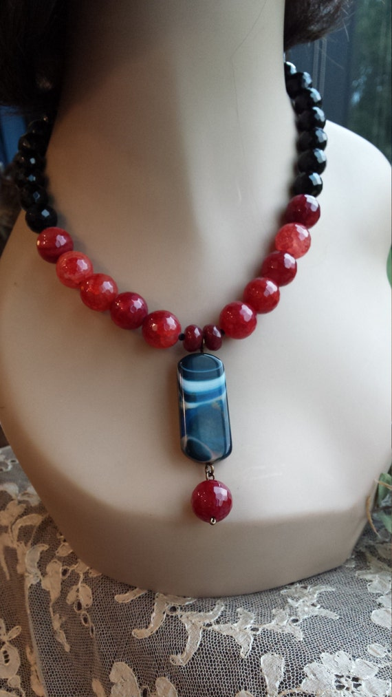 One strand beaded faceted necklace with center drop
