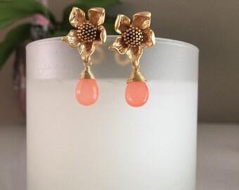 Oorknopjes zonnebloemen met oranje natuursteen druppels  // gold sunflower earrings with orange gems