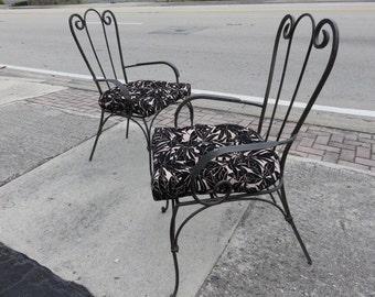 Paire de chaises de bras au milieu du siècle moderne, Hollywood Régence en fer forgé.