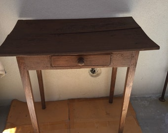 Primitave pine single drawer collectable table. Great condition.