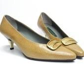 Vintage Ferragamo style camel snakeskin kitten heels . 1960s mod 1970s . brass heel . cute toe decor with metal accents . tan color