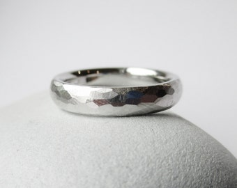 White gold 14 kt wedding band, facetet