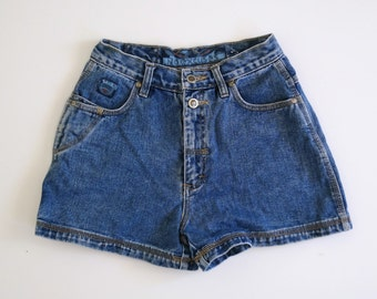 BLUE JEAN BABY // blue denim high waisted 90s button up shorts