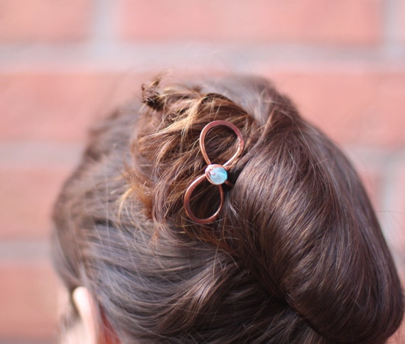 Copper hair fork in bow shape or infinity shape with a light blue glass bead - Hair accessories - Hair pin