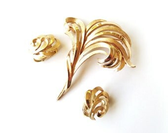 Vintage Crown Trifari Demi Parure Wispy Leaves Brooch & Earrings Gold Tone Textured and Smooth Signed Collectible Fashion Jewelry 1960s