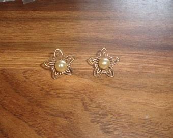 vintage screw back earrings copper flowers faux pearls