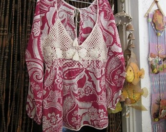 Crochet Appliquéd Long Sleeves Floral V-Neckline Blouse in Burgundy&White, Vintage - Medium to Large