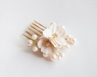 Peigne Mariage en Perles d'eau douce,Fleurs et Cristal ,  Peigne Mariage  Doré avec cristaux ,perles d'eau douce.