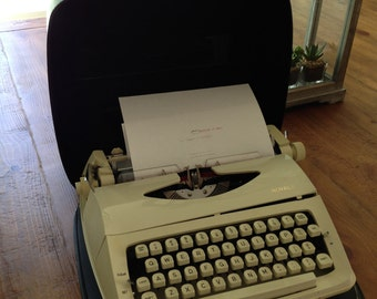 Royal Manual Typewritter working with ribbon and case