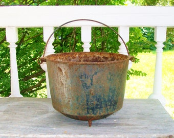 Vintage Cast Iron Cauldron Kettle 3 Feet Bale Handle Fire Pit Theatre Prop