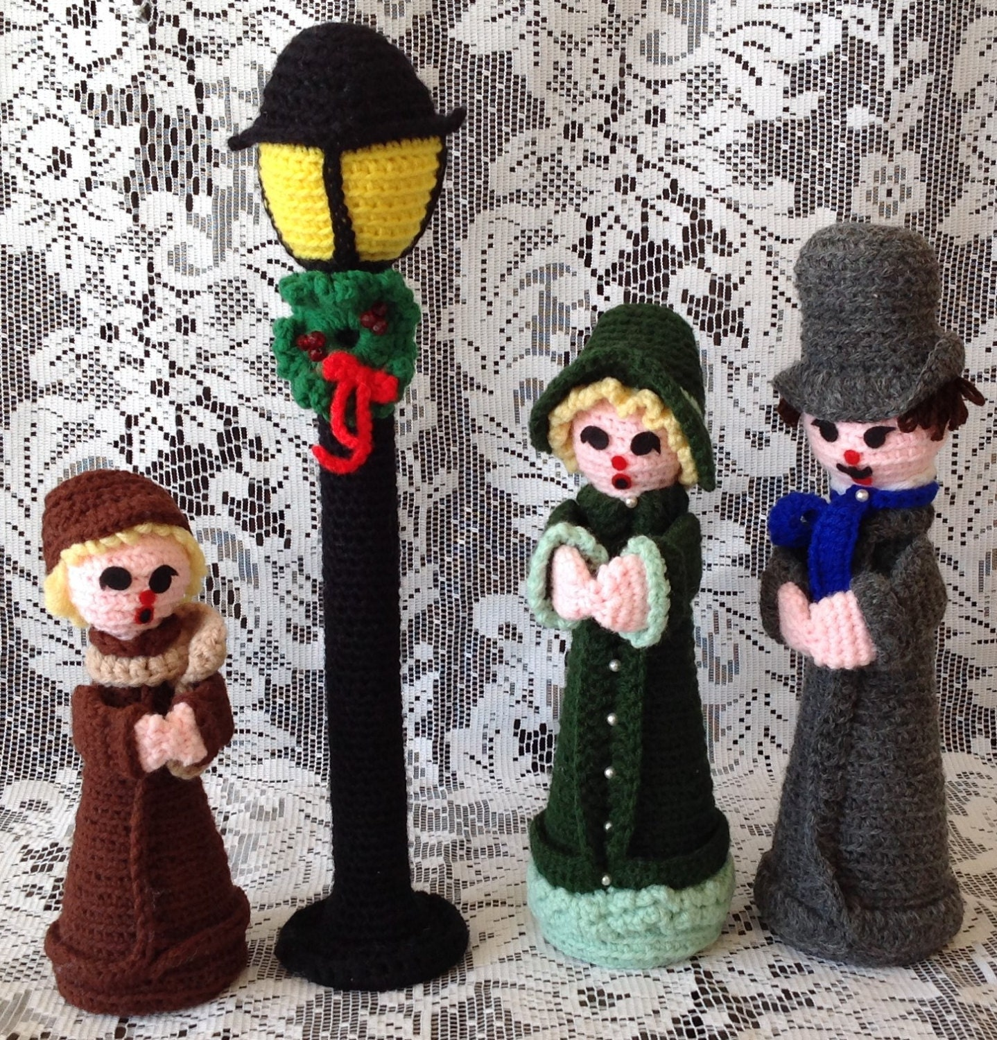 Christmas Caroling Family Set Of 4: SALE Vintage Christmas Carolers Set Of Four Lamppost And