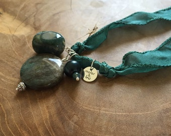 Forestside: an one of a kind silk wrapbracelet of necklace with semi preciousstones. Green, darkgreen. Jasper, pearl, fluorite.