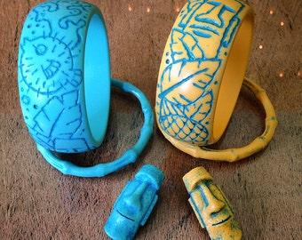 Tiki set including 1 engraved bangle, 1 bamboo bangle and 1 Moai brooch, handmade from resin. vintage, hawaii, tahiti, polynesian pop, mug