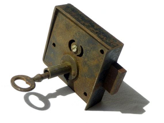 Grosse serrure ancienne porte de meuble placard en acier - Fermeture de porte ancienne ...