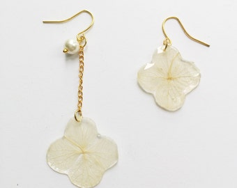 Real flower earrings with resin