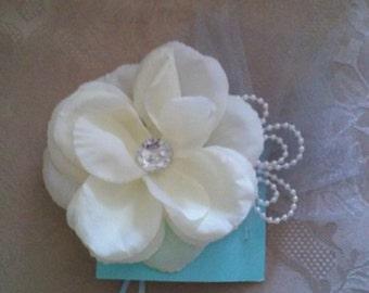 Cream flower comb