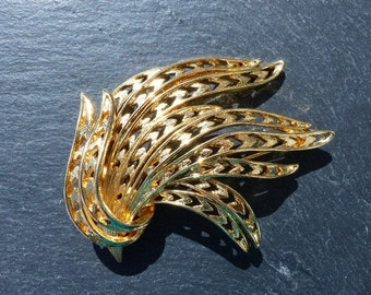 MONET - 1960s Zig-zag Feather Effect Gold-plated Brooch