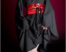Yukata asymétrique tailleur noir à rayures blanche avec ceinture obi dragon rouge / tuxedo japon japan geisha maiko geiko