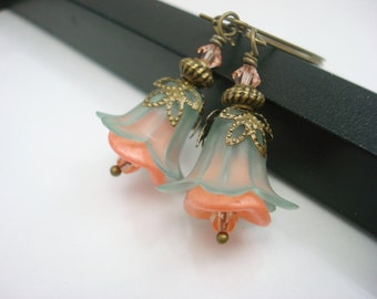 Peach Flower Earrings, Mint Green and Peach Earrings, Beaded Flower Earrings, Antique Brass, Vintage Style, Lucite Flower Earrings