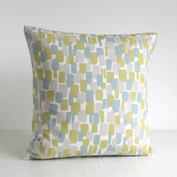 Cushion covers: shapes and colors to suit your mood. The accessories you choose to complement your sofas, armchairs and chairs can speak volumes about your personal taste in interior design.