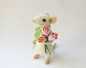 Little mouse with roses