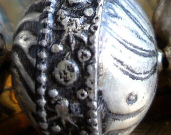 Moroccan  tarnished round ornate swirl bead (16)