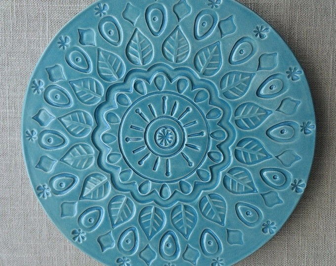 A trivet ˈ t r ɪ v ɪ t is an object placed between a serving dish or bowl and a dining table usually to protect the table from heat damage Trivet also