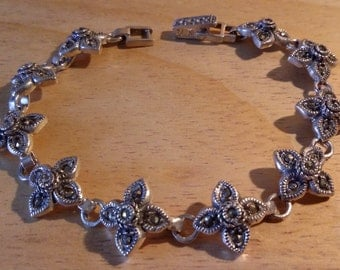 Braccialetto in argento 925 con fiori e cristalli.
