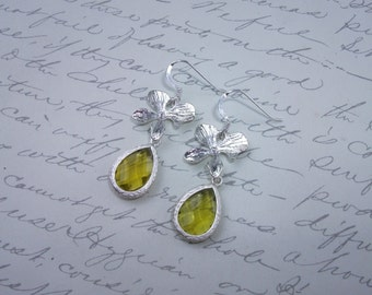Glass drop earrings with silver orchid flowers champagne/green