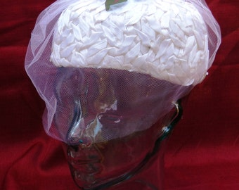 Vintage Women's White Cellophane Weaved Pillbox Hat with Veil and Floral Decor            00479