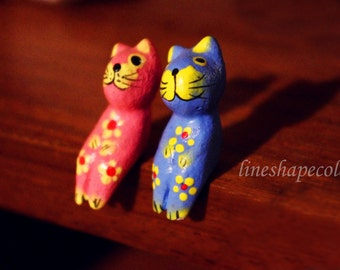 Two wooden sitting cats - Macro photography print