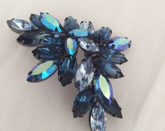 Signed Regency brooch gorgeous shades of blue